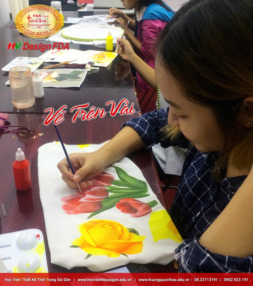 Học viên lớp vẽ trên vải