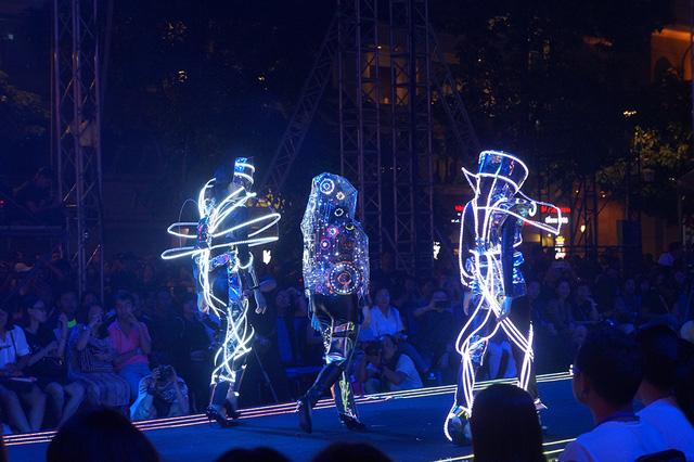 """Những nhà thiết kế tương lai tỏa sáng tại """"Lễ hội thời trang và Công nghệ 2017"""" (dantri.com.vn)"""